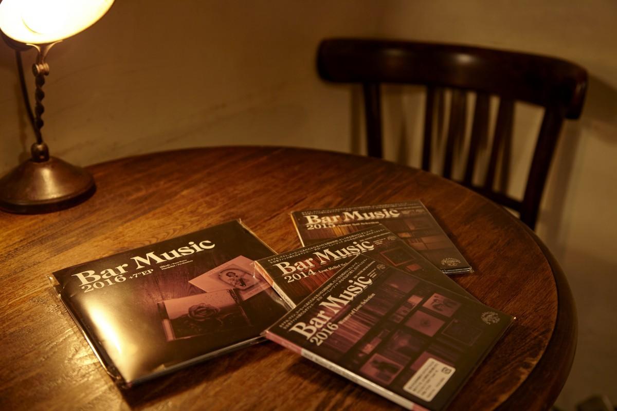 CD化されていない音源や一般的にはあまり知られていない楽曲を中心に、それぞれコンセプトを立てて中村さんが選曲した人気コンピレーション。写真左は、アナログ化されていないものを7インチでまとめたもの。