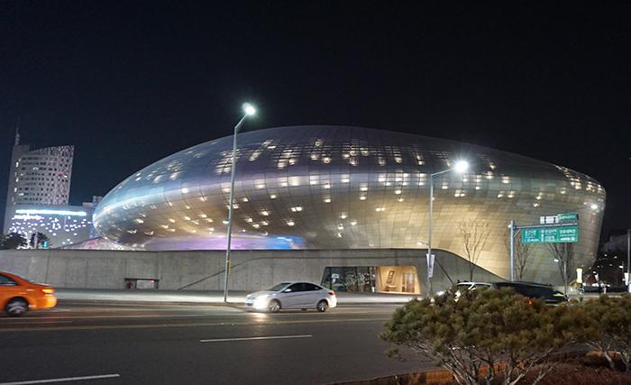 ザハ・ハディドさん設計による東大門デザインプラザ (photo:SPICE)