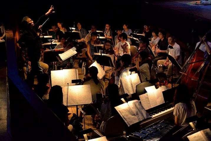 オーケストラピットで演奏するオーケストラ