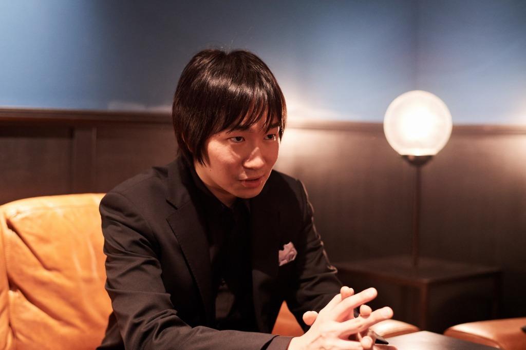 インタビュー中の阪田