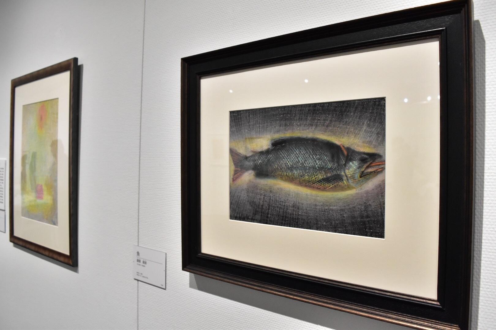 右:國領經郎 《魚》制作年不明 左奥:國領經郎 《作品》 1959年