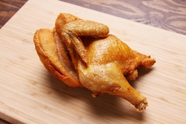 なるとキッチン(北海道小樽市)。若鶏の半身を一切の衣を使わず高温で一気に素揚げしている