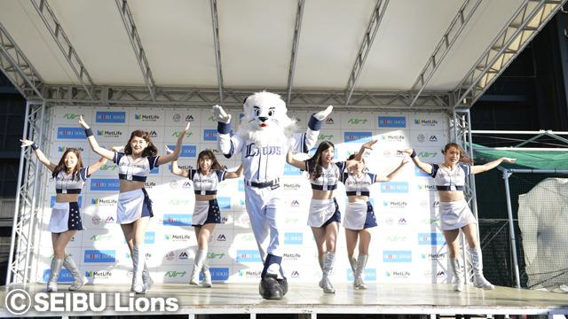 公式パフォーマー「bluelegends」によるステージショーも行われる (c)SEIBU Lions