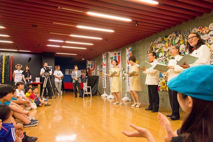 歌を披露する東京混声合唱団のピックアップ・メンバー (中央から右に)和田友子(ソプラノ)、小野寺香織(アルト)、秋島光一(テノール)、徳永祐一(バス)、熊谷隆彦(バス)