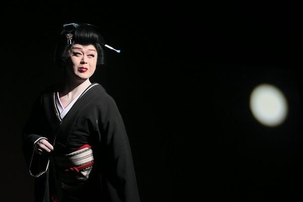 橘炎鷹座長。黒の中の艶姿と月。(2016/7/3) 半田なか子さん撮影