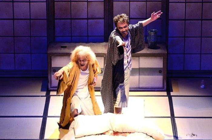 KUDAN Project『真夜中の弥次さん喜多さん』2014年再演より。(左から)小熊ヒデジ、寺十吾。