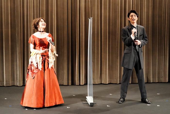 グロリア役のMay'nとダニエル役の木村達成(左から)