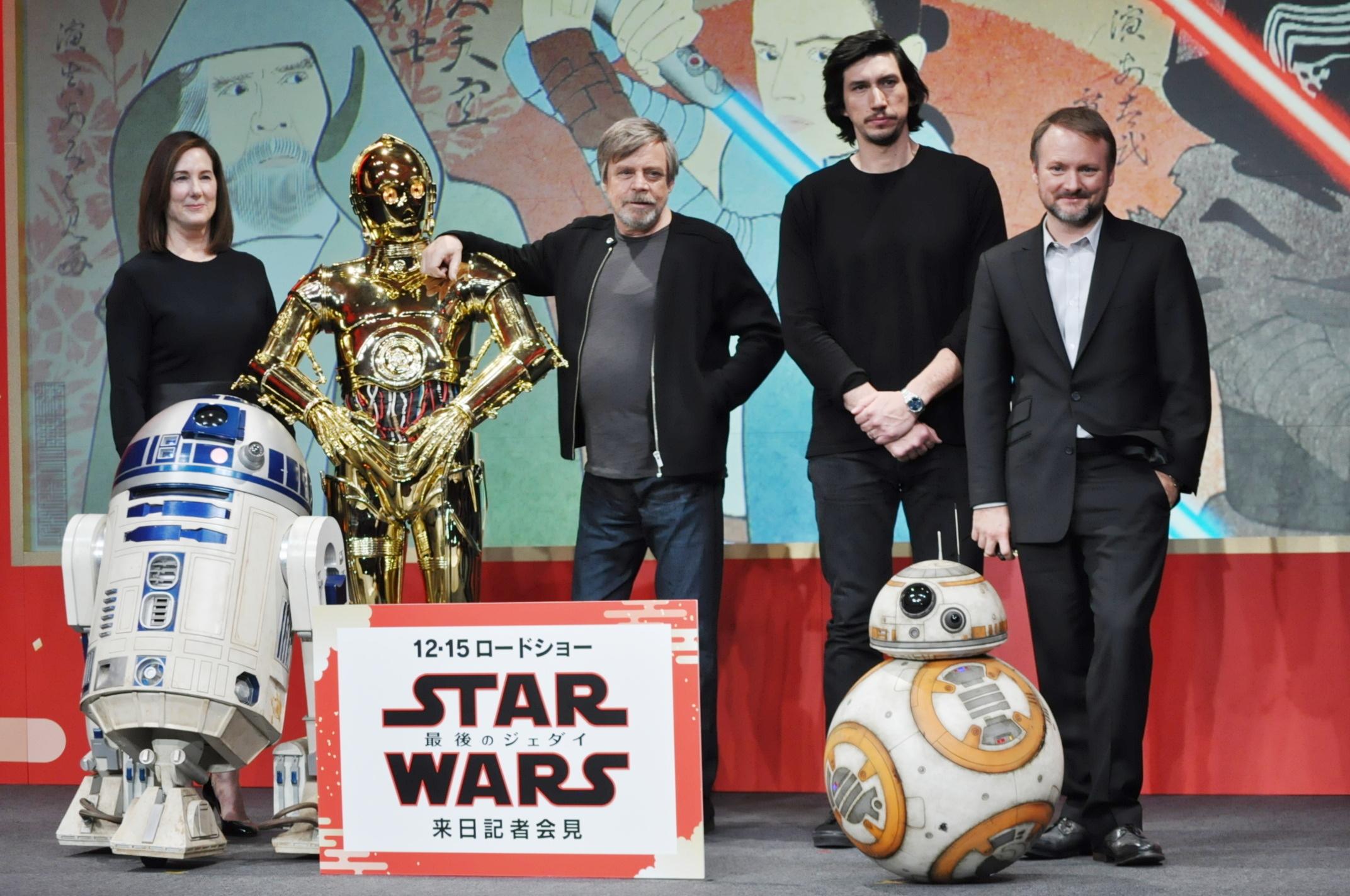 左から、キャスリーン・ケネディ、R2-D2、C-3PO、マーク・ハミル、アダム・ドライバー、BB-8、ライアン・ションソン監督