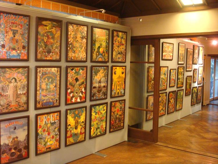 計40点のチラシ原画が壁を埋め尽くす、2階の展示室6(旧サンルーム)と展示室7(旧寝室 A)