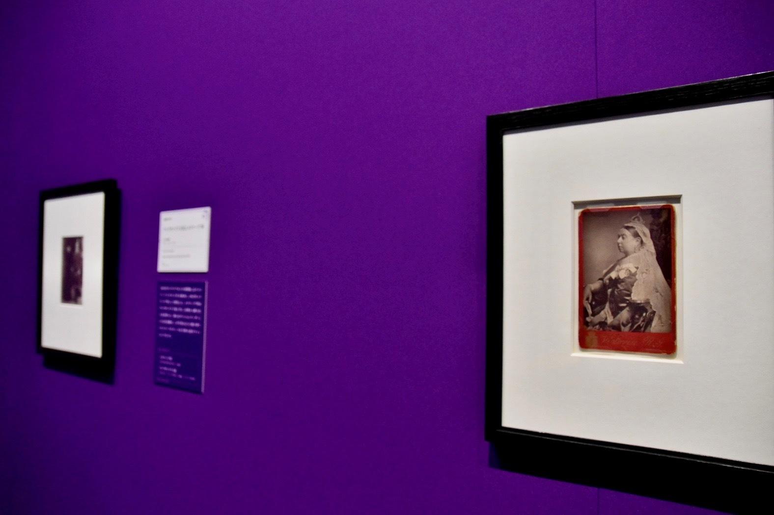 右:アレクサンダー・バッサーノ撮影《ヴィクトリア女王》1882年撮影、1887年制作