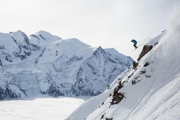 自然の雪渓を自分でコースを考えて滑走する