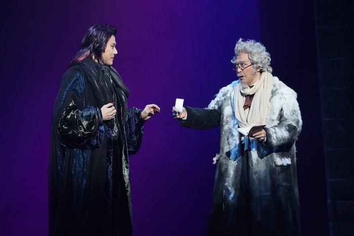 左から クロロック伯爵:山口祐一郎、アブロンシウス教授:石川 禅  写真提供/東宝演劇部