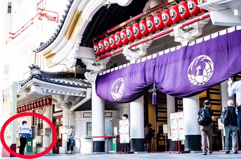 イヤホンガイドは、歌舞伎座の外(正面左手)で貸し出し中。雨の日は地下2階の木挽町広場にて。