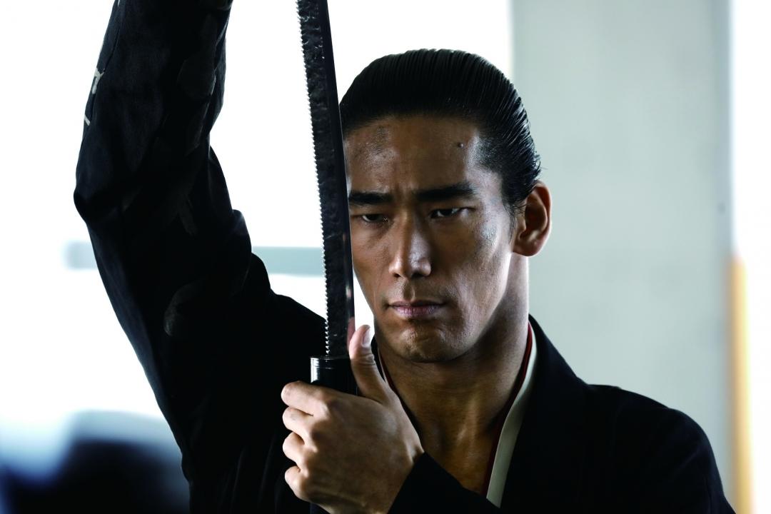 ターミネーター源治(小林直己)が日本刀で琥珀たちとUSBを狙う『HiGH&LOW THE MOVIE 2』監獄王ジェシー、怪力フォーら画像解禁
