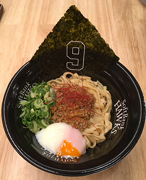 8月15日より発売された「らーめん二男坊」の「汁なしギータンタン麺 キーマカレー味」