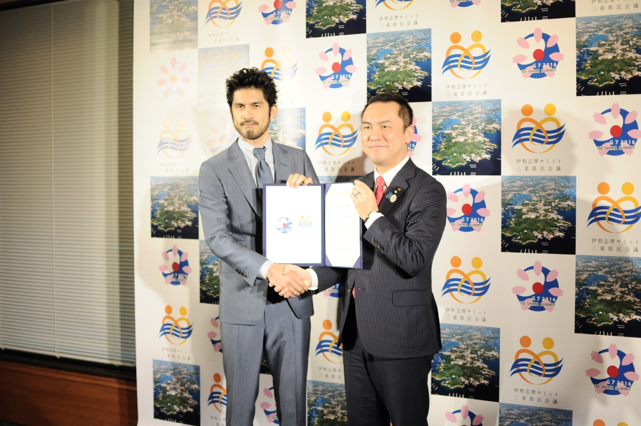 平井堅(写真左)、鈴木英敬三重県知事(写真右)