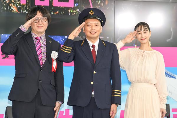 左から本展の監修を務める川西康之と、アンバサダーに就任した中川家礼二と松井玲奈