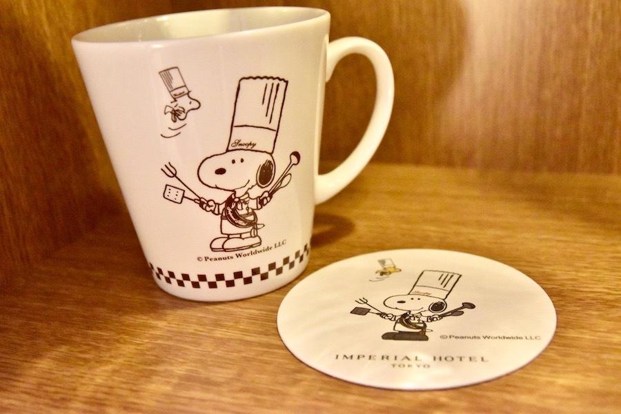 マグカップやコースターにも料理長スヌーピーが描かれている。