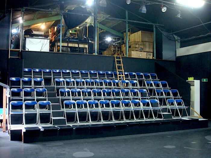 「ナビロフト」リニューアルの一環として、客席を桟敷席から椅子席に変更。前列に桟敷席を追加すれば100名まで収容可能に