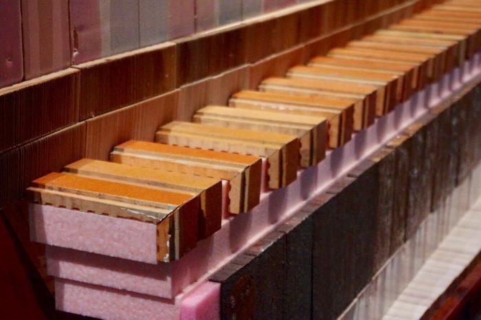 タイルの他にも発泡スチロールや綿など、様々な素材が組み合わせられている。