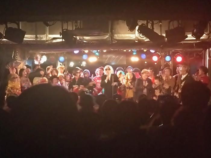 今年1月の『しりあがり寿presents 新春! (有)さるハゲロックフェスティバル'18』フィナーレ。中央で歌ってるのがしりあがり寿。 [撮影]吉永美和子