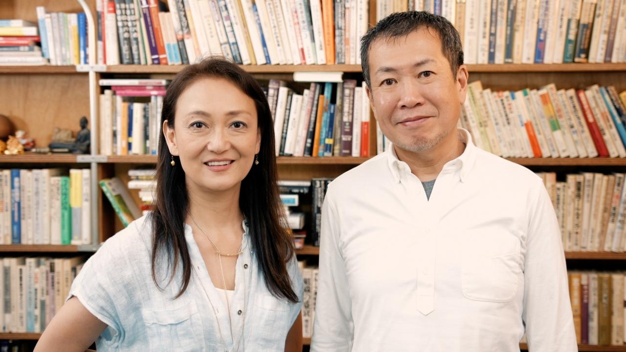 左から、佐々木芽生監督、佐々木俊尚氏