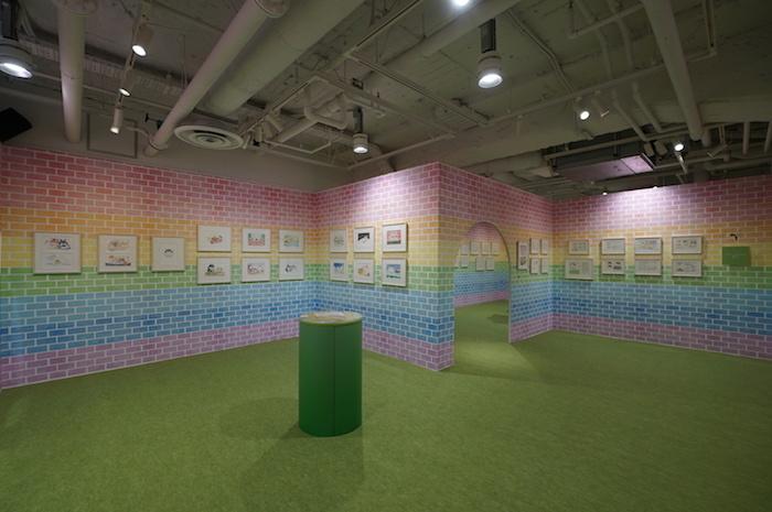 続く展示室は壁全体がにじいろ。野原に立っているような和やかな雰囲気だ