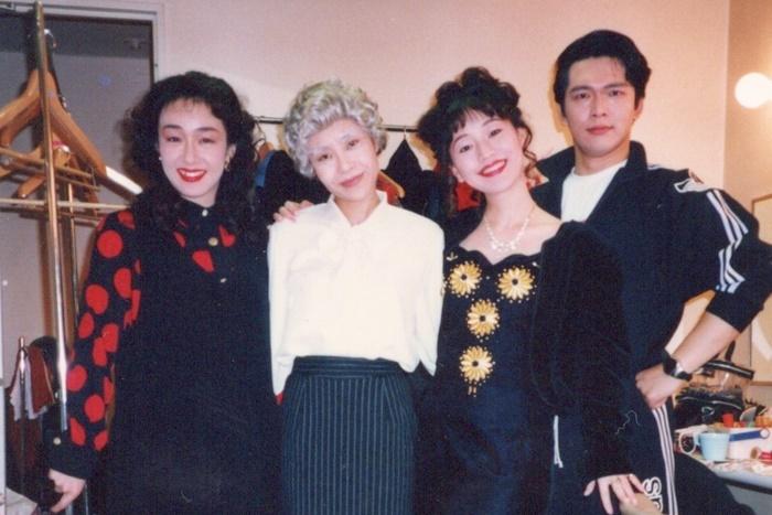 公演中の楽屋写真。(左から)キムラ緑子、牧野エミ、みやなおこ、三上市朗(当時は三上壱郎)。 [写真提供]三上市朗