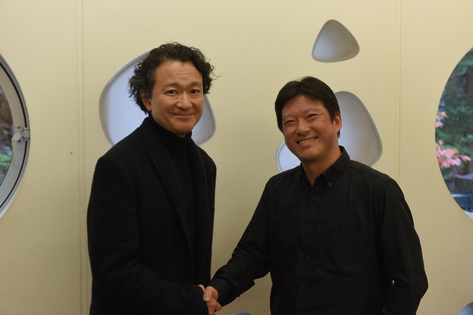 白井晃(左)と城谷正博 撮影:山田毅