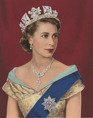 《エリザベス2世》 Queen Elizabeth II by Dorothy Wilding, hand-coloured by Beatrice Johnson (1952) (C)William Hustler and Georgina Hustler / National Portrait Gallery