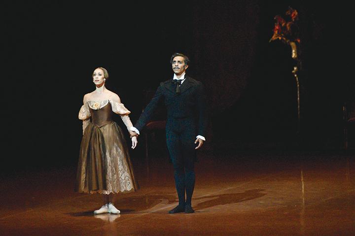 『オネーギン』よりアンナ・オサチェンコ(左)ジェイソン・レイリー(右) Photo:Roman Novitzky