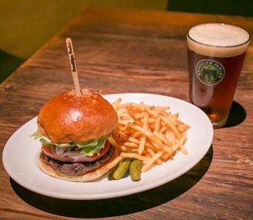 Brooklyn Parlorは、日本で初めてブルックリン・ラガーをドラフトで提供したお店でもある。人気メニューのブルックリンラガーと肉の食感を残したジューシーなハンバーガー。