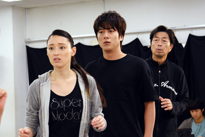 (左から)栗山千明、溝端淳平、中村雅俊