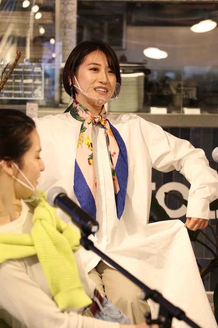 衣装テーマ:私の休日 松原「カチッとした仕事中とは対象的におしゃれを取り入れてみました。ちょっと映画でも行こうかしらというイメージです」