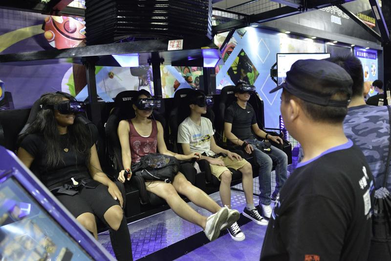 VRゴーグルを装着しての体験形アトラクションでは、体験者から歓声が上がっていました