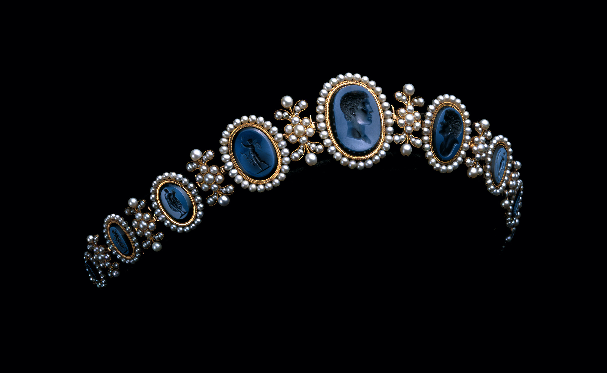 ニト・エ・フィスに帰属 《ナポリ王妃カロリーヌ・ミュラのバンドー・ティアラ》 1810年頃 ゴールド、真珠、ニコロアゲート ミキモト (C) Droits réservés