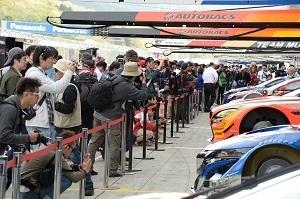 予選日早朝に各ピットでマシンの車検が行われている間にピットレーンを開放する「オープンピット」