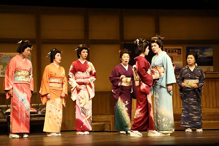 左から、山崎静代、高畑淳子、湖月わたる、柴田理恵、榊原郁恵、青木さやか、臼間香世