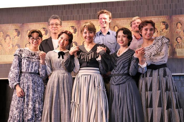 (前列左から)清水くるみ、実咲凜音、柚希礼音、ソニン、石田ニコル(後列左から)板垣恭一、クレイトン・アイロンズ、ショーン・マホニー