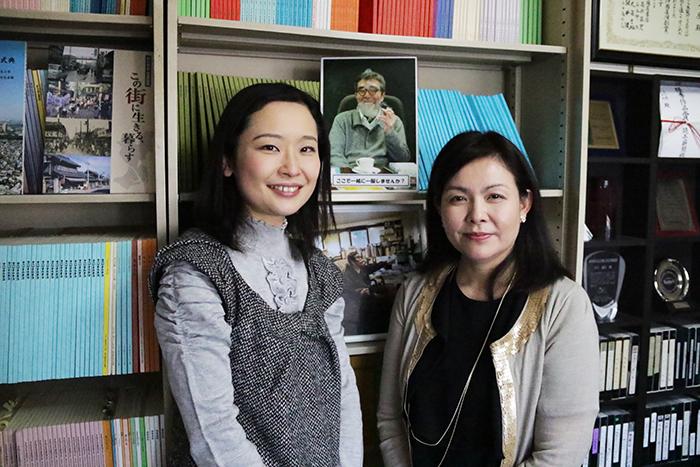 左=インタビュアー今村麻子さん、右=井上麻矢・こまつ座代表取締役社長