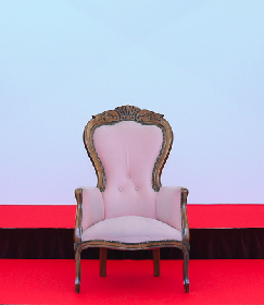 AKB48、選抜総選挙第1位のメンバーが座る椅子の新デザインを生配信で発表