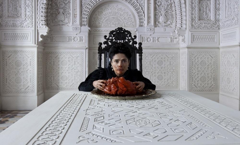 怪物の心臓にかぶりつき!ロングトレリス国の女王を演じたサルマ・ハエック (C)2015 ARCHIMEDE S.R.L.-LE PACTE SAS