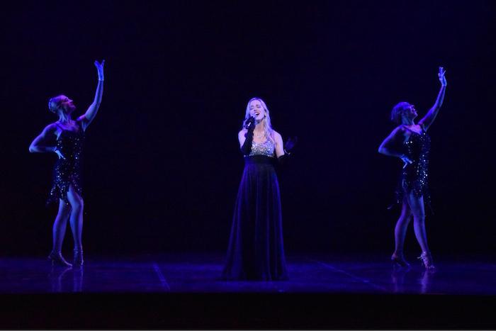 『ブロードウェイ クリスマス・ワンダーランド2018』のプレスコールで歌を披露するナタリー・エモンズ(中央)
