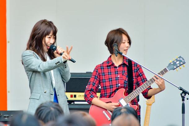 左よりMIORI(Vo)、新メンバーのAMI(G)。(撮影:河上良)