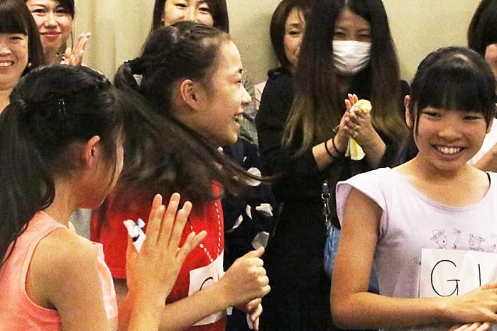 大谷 紗蘭(オオタニ サラ)G16(中央、赤のTシャツ)