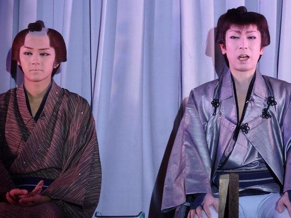 芝居の幕が閉まるとすぐに口上挨拶がある。左・KEITAさん 右・藤美一馬座長(2015/10/29) Emaさん撮影
