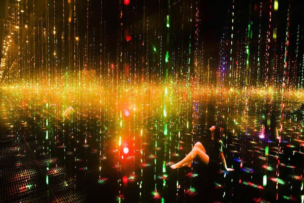 《生命は結晶化した儚い光 / Ephemeral Solidified Light》teamLab, 2021, Interactive Installation, Sound: teamLab