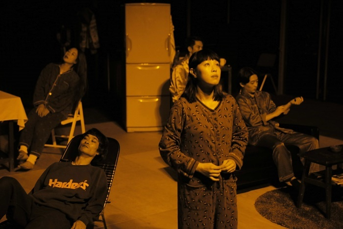 劇団子供鉅人『真夜中の虹(再演)』(2018年)。 [撮影]堀川高志(kutowans studio)