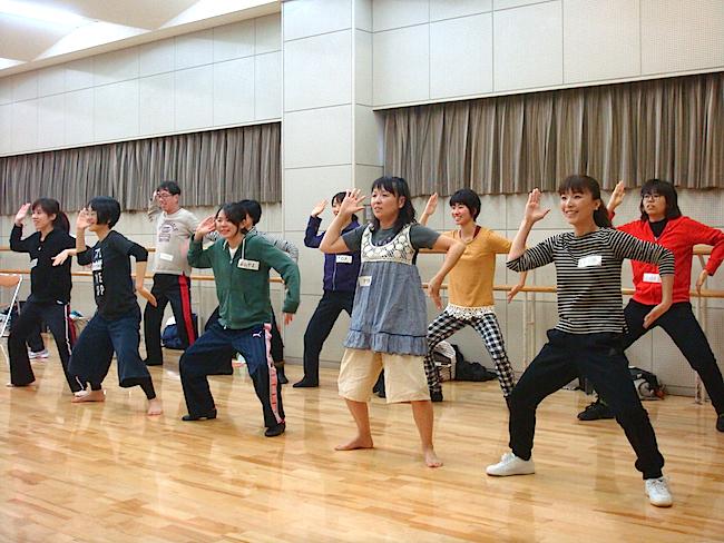 2回目の俳優WSより、ダンス制作の様子。前回の宿題であった振付を全員が発表、それを繋げてひとつのダンスにまとめていく