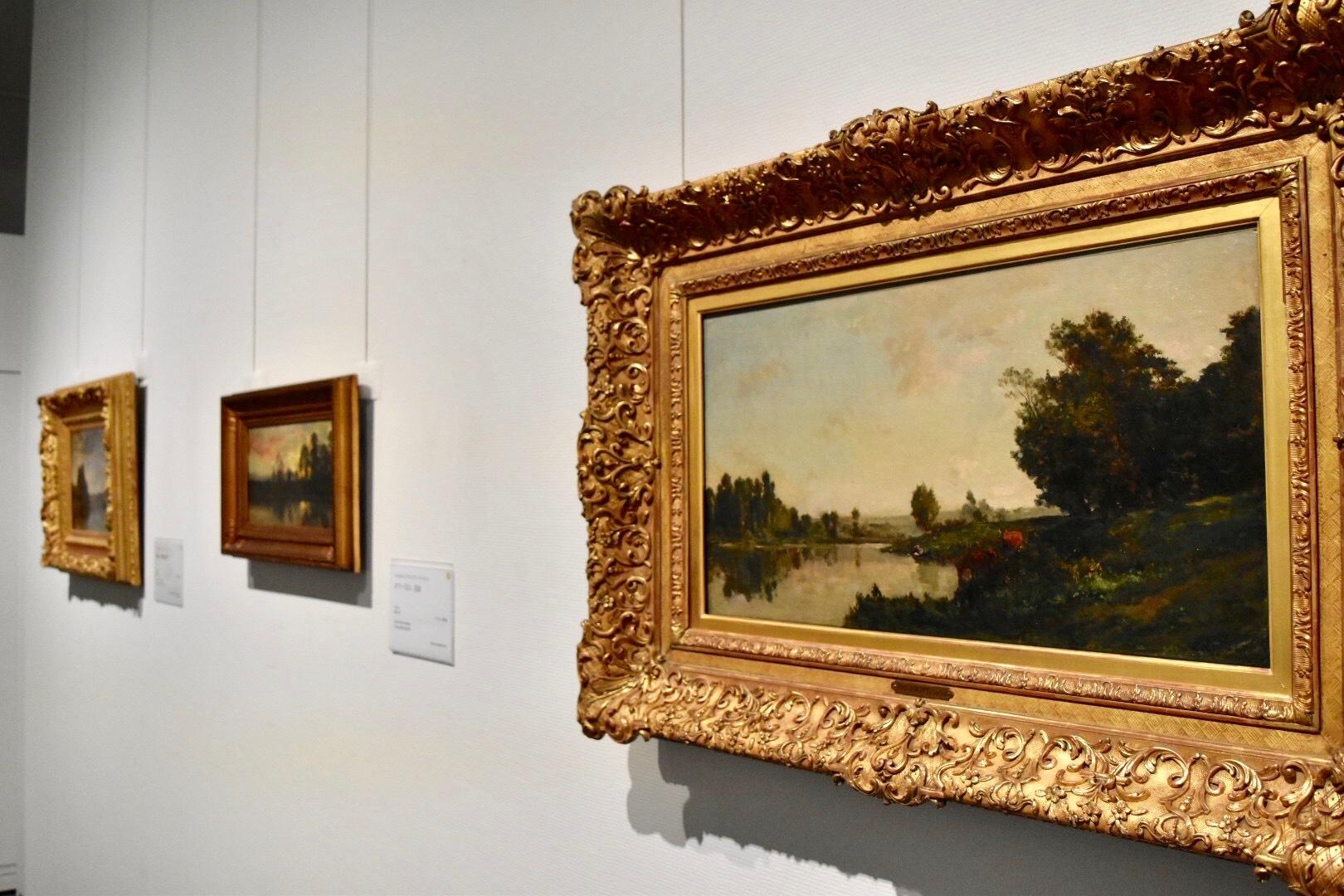 右:シャルル=フランソワ・ドービニー 《オワーズ河畔の牛》 1865年 個人蔵